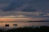 malerischer Ausblick auf die Boddenlandschaft und Hiddensee zur blauen Stunde