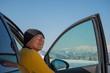 雪山をドライブするシニア