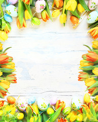 Rahmen aus Tulpen und Ostereiern