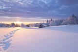 Winterlandschaft im goldenen Sonnenlicht mit einer kleinen Holzhütte im Hintergrund