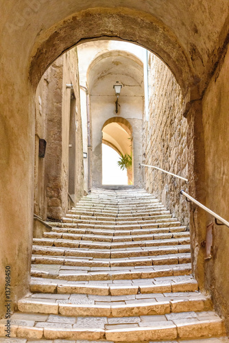 In de dag Smal steegje old stone steps and arch in the medieval village, Pitigliano, tuscany, italy