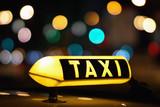 Fototapety Taxischild mit Bokeh in einer Großstadt