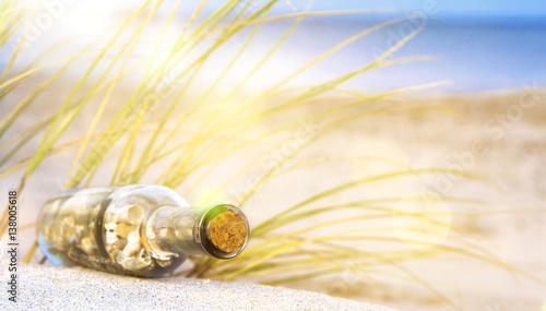 Flaschenpost am Strand im Sommer