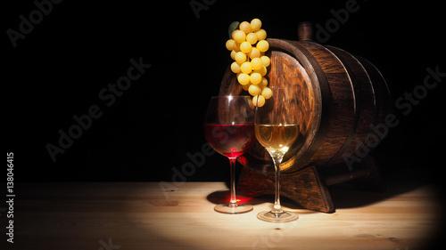 kieliszek-czerwonego-bialego-wina-i-beczki-na-drewnianej-karcie