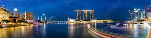 Singapur Marina und Skyline am Abend Poster