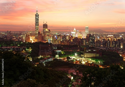 Staande foto Praag Aerial panorama of downtown Taipei City with Taipei 101 Tower among skyscrapers under dramatic sky ~ A romantic evening in Taipei, the capital city of Taiwan, with beautiful rosy afterglow at sunset