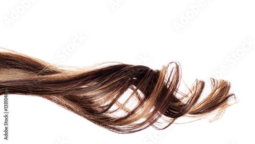 brązowe włosy na białym tle