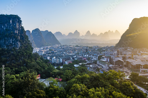 In de dag Guilin Yangshuo sunset cityscape skyline with Karst mountains in Guangxi Province, China