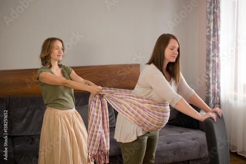 masaż chustą kobiety w ciąży Poster