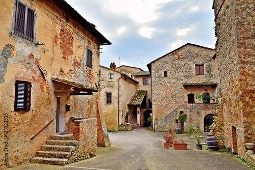 Deurstickers Toscane antico borgo toscano di Abbadia a Isola nel comune di Monteriggioni, Siena Italia
