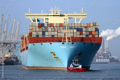 Foto op Plexiglas Rotterdam riesen Containerschiff von vorne in Rotterdamm Hafen