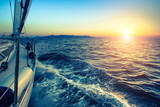 Łódka w żeglarstwie regat podczas zachodu słońca.
