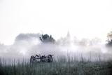 eine kleine Stadt in Brandenburg ( Deutschland ) liegt im Morgennebel