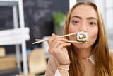 junge frau liebt sushi