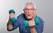Mann Senior europäisch hebt Hanteln mitLeichtigkeit vor neutralem Gesichtsausdruck