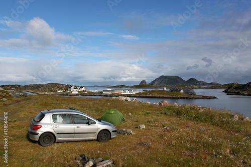 Poster Auto und Zelt auf einer Wiese an einer Bucht mit Inselchen, im Hintergrund Gjesvaer und die Insel Storstappen in der Nähe des Nordkapp