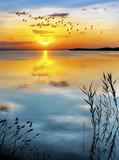 amanecen nubes en el agua