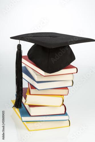 Doktorhut auf Bücherstapel Poster