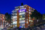 Ett högt bostadshus vid Nacka Strand enstjärnklar vinterkväll