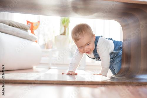 Fröhliches Kind hat Spaß im Wohnzimmer Poster