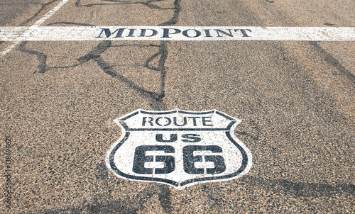 Papiers peints Route 66 Midway point of historic Route 66 between Chicago and Los Angeles (both 1139 miles) in Adrian, Texas