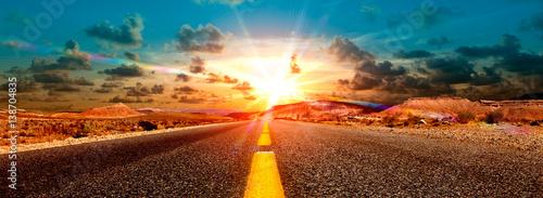 Canvas Zomer Concepto de aventuras y viajes por el desierto.Paisaje carretera y puesta de sol.