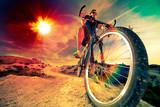 Sporty ekstremalne. Rower górski i człowiek. Sport na świeżym powietrzu i przygoda. Rower górski. Sport i zdrowy tryb życia