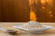 kasza pÄ™czak, ziarna na drewnianym blacie kuchennym