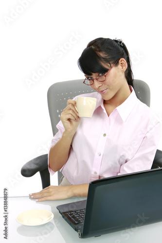 Leinwanddruck Bild junge dunkelhaarige Frau im Büro