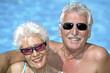 Leinwanddruck Bild - Glueckliches Senioren Paar im Urlaub am Pool