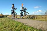 Fototapety Senioren fahren Rad in der Natur