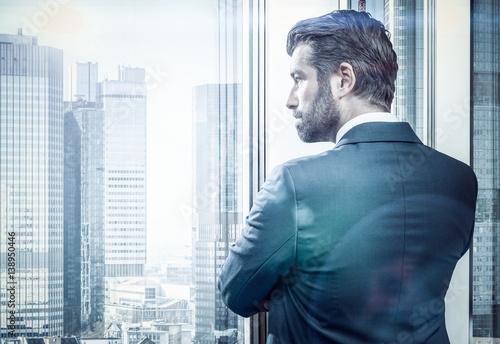 Händler und Bänker am Fenster - 138950446
