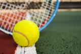 balle de tennie et raquettes sur terrain de tennis