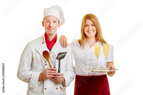 Koch und Kellnerin als Personal im Restaurant
