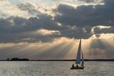 Segelnde Yacht auf dem Steinhuder Merr vor dramatischem Wolkenhimmel
