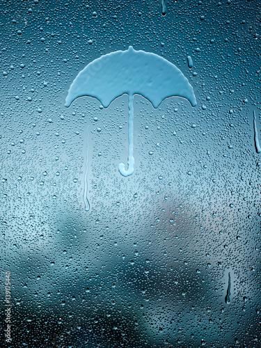 kropla-wody-tworzace-parasol