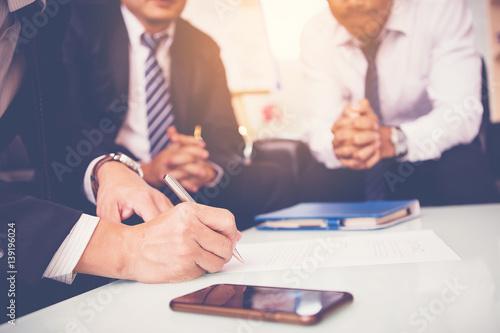 biznesmen podpisać umowę z partnerstwa w spotkaniu