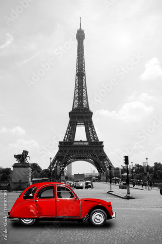 Tuinposter Eiffeltoren Eiffelturm in Paris mit roter Ente - Tour Eiffel Eiffeltower