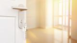 Offene Tür mit Schlüssel in neuer Wohnung - 139211008