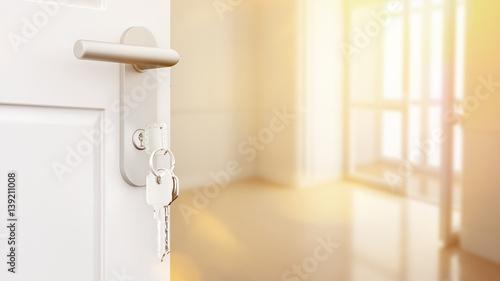 Offene Tür mit Schlüssel in neuer Wohnung