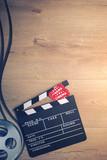 Kino Hintergrund mit Filmklappe, Eintrittskarten und Filmrolle - 139264069