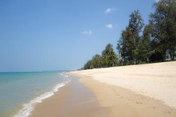 einsamer Strand und Leuchtturm von Ko Lanta, Thailand