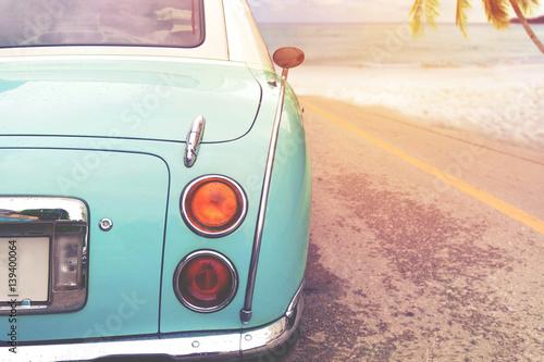 Podróż wakacji na plaży - z tyłu klasycznego samochodu zaparkowanego bocznej plaży latem. styl retro vintage efekt kolorystyczny