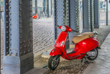 Czerwone motorowery pod mostem w Berlinie