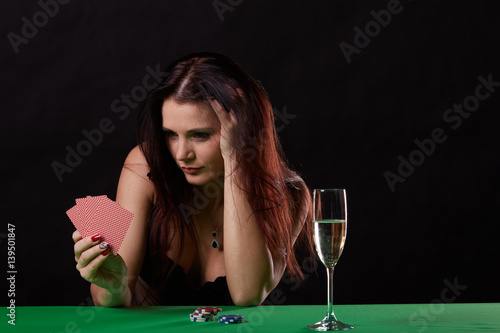 Plakat pretty young woman gambling on green table