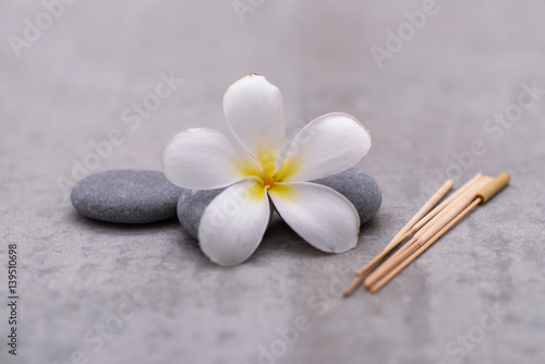 Plexiglas Spa Spa stone with frangipani on grey background.