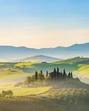 Piękny zamglony krajobraz w Toscanii, Włochy