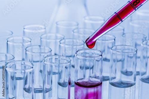 Laborgläser bei Versuch in Chemie Labor - 139535482