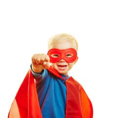 Kind als Superheld mit geballter Faust