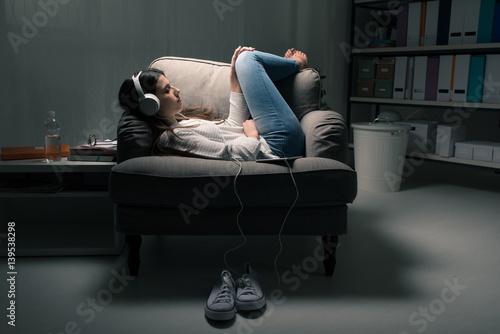 Fotobehang Muziek Girl listening to music
